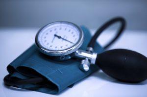 Estudo indica maior risco de morrer por Covid-19 em hipertensos e sugere manutenção de medicação